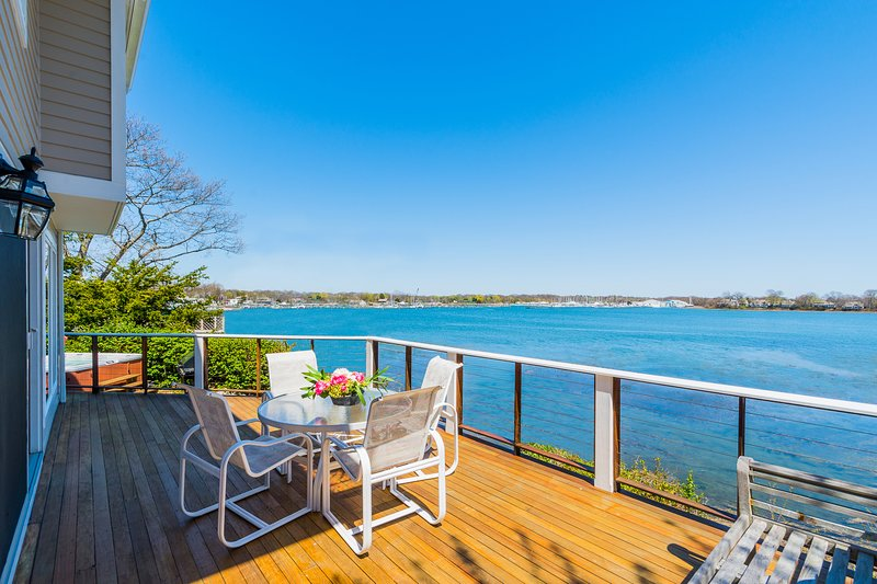 Amazing Waterfront Home, Private Beach,Hot Tub + Tennis/Beach Club, alquiler vacacional en Branford