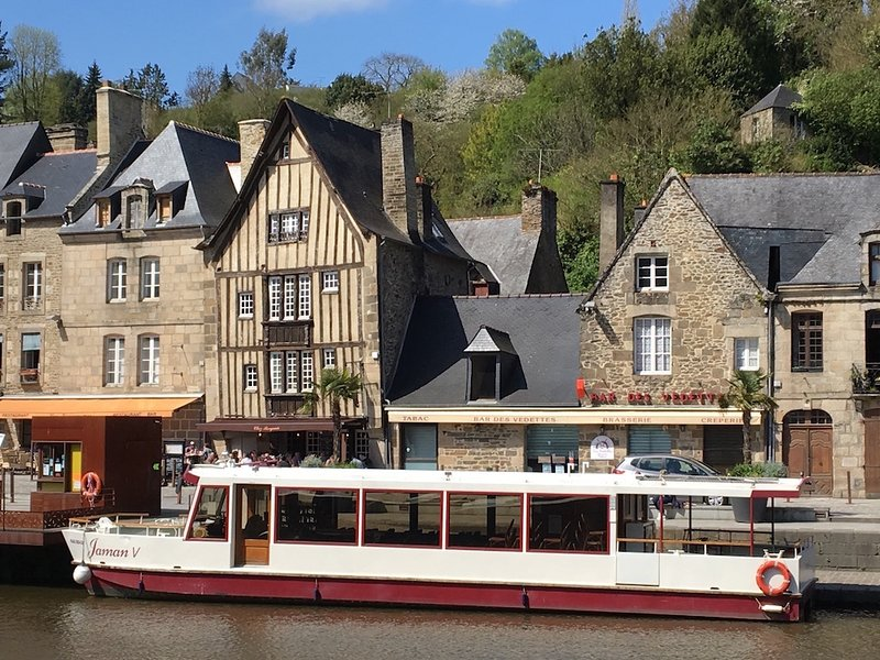 Riverside Property with stunning views of the Dinan Port, alquiler vacacional en Lanvallay