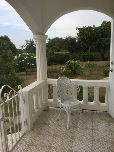 Luxury apartment in Discovery Bay, vacation rental in Discovery Bay