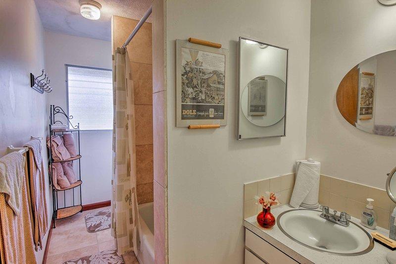 Enjuague las aguas saladas del océano fuera de este cuarto de baño completo.