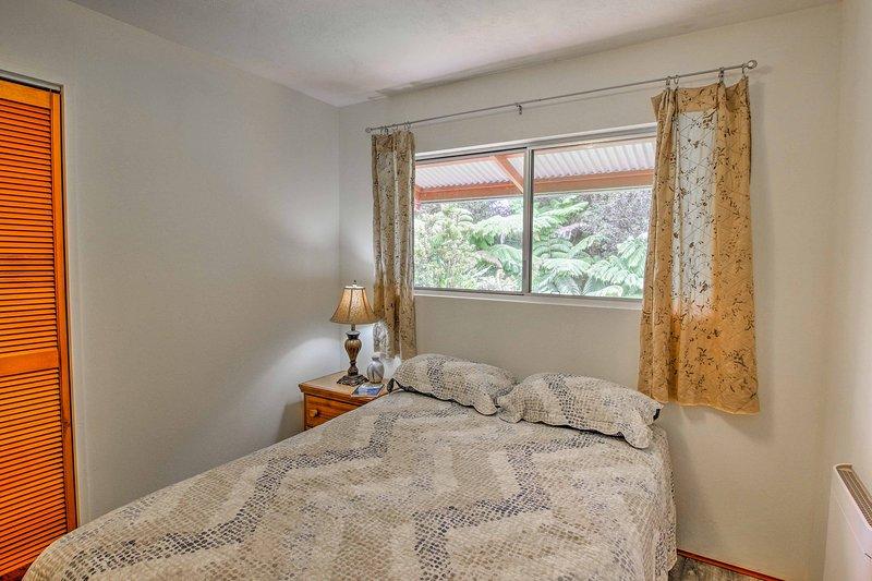 Cada habitación tiene una cama de tamaño completo.