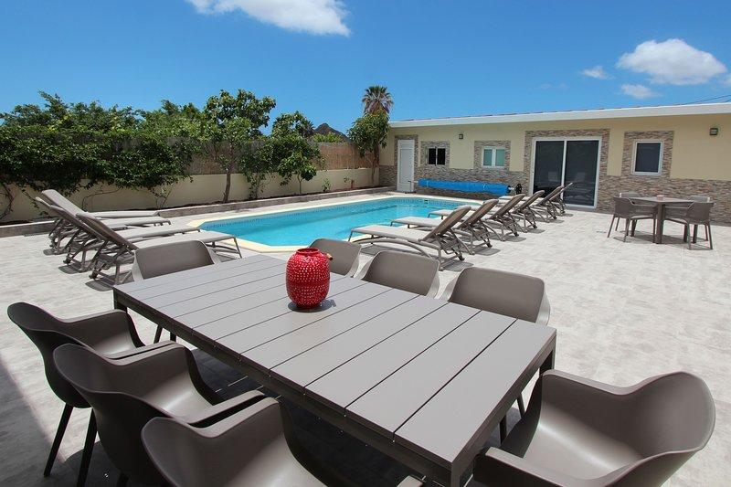 Terrasse avec piscine et maison d'hôtes