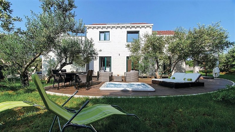 Villa FraMar made of stone with outdoor Hot Tub immersed into olive trees, location de vacances à Lumbarda