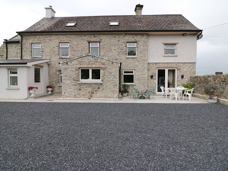 THE FARMHOUSE, traditional features, en-suite, WiFi, Ref 982632, vacation rental in Tipperary