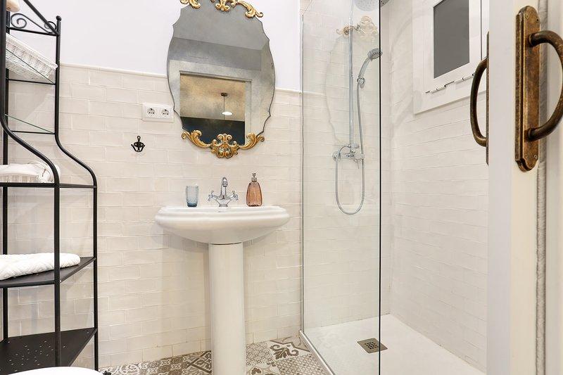 Ulteriori bagno completo accanto al salotto