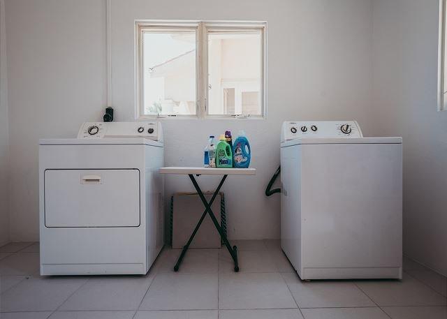Lavadora y secadora en lavadero exterior.