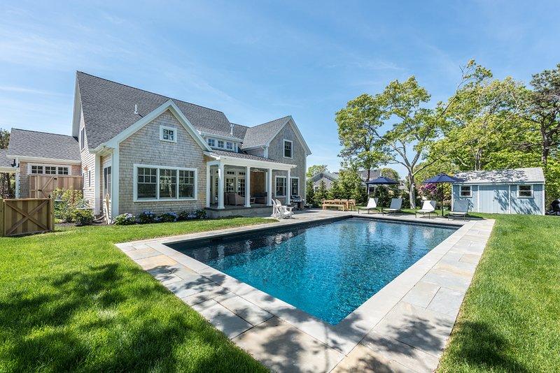 Superbe piscine, patio, 4 chaises longues, salle à manger pour 8 personnes et salon extérieur