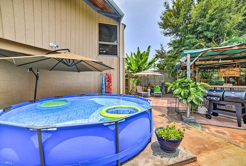 Con una piscina, tiki bar, y camas para 7, esta casa no puede ser mejor.