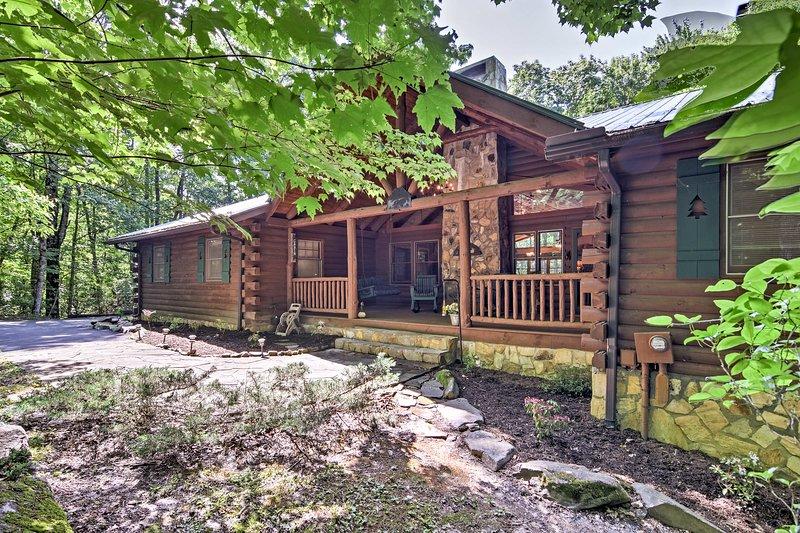 'Mountain Laurel Lodge' cuenta con 4 dormitorios, 3 baños y 2.142 pies cuadrados.