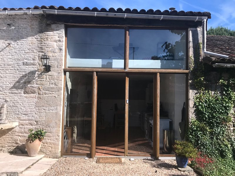 Beautiful Gite Barn Conversion with use of heated pool, holiday rental in Vaux