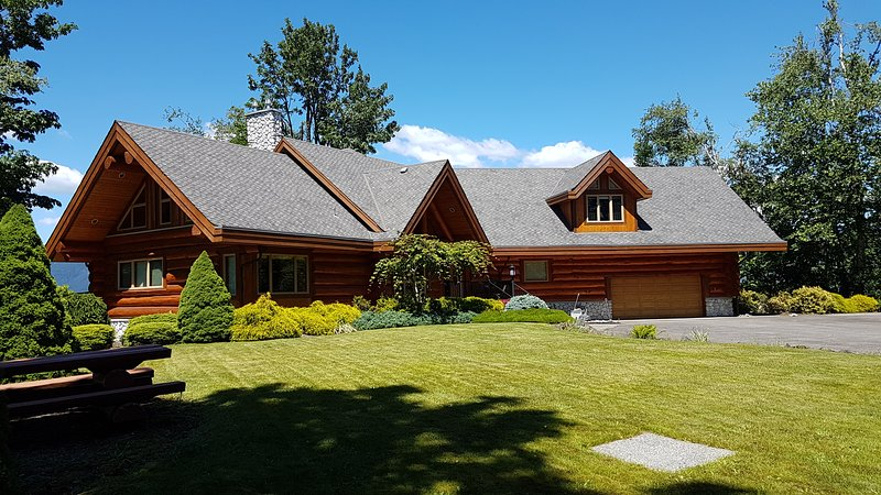 Ejecutivo casa de madera de cedro en la cima de una montaña con vistas preciosas