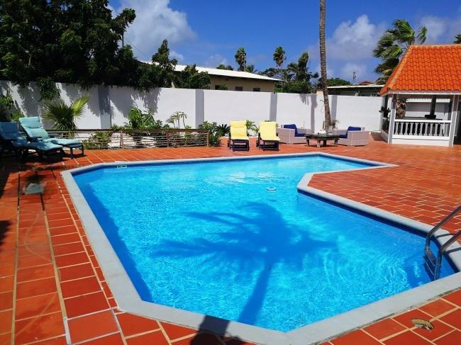 Profitez des journées chaudes de la piscine privée surdimensionné