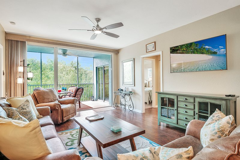 Upscale 2 Bed/2 Bath Condo - Steps to the Beach, holiday rental in Fort Myers Beach