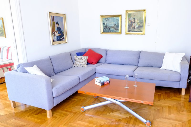Cozy 2bedroom apartment in central Chalandri area, sleeping 5-6 persons, holiday rental in Nea Erithraia