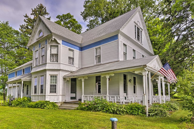 Giant Victorian Home Near Cooperstown w/Fire Pit!, aluguéis de temporada em Edmeston