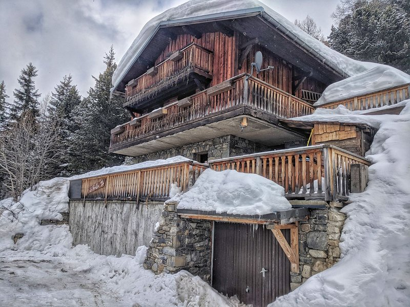 Luxurious 15 bed Chalet just 5 minutes from the slopes & bars!  Ensuite rooms, hot tub, sauna &more!
