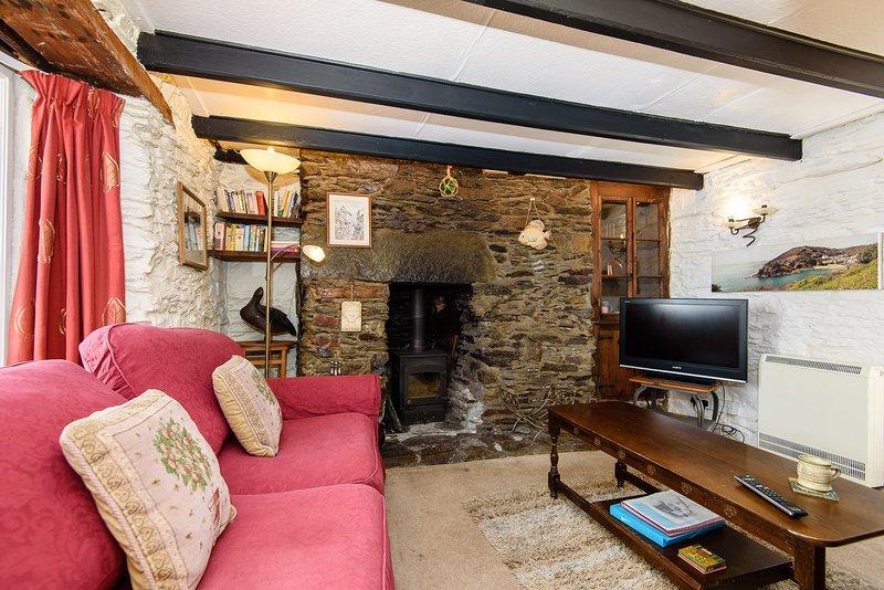 salone carattere accogliente con murature originali intorno a una stufa a legna