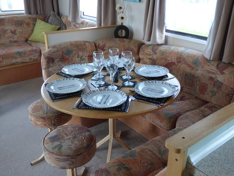 Family holiday home with private access to beach., location de vacances à Bacton