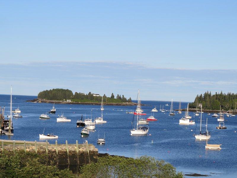 O incrível porto e vista para o mar a partir de nossos 3 decks e a maioria dos quartos em casa!