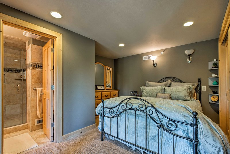This final bedroom comes complete with a queen bed and en-suite bath.