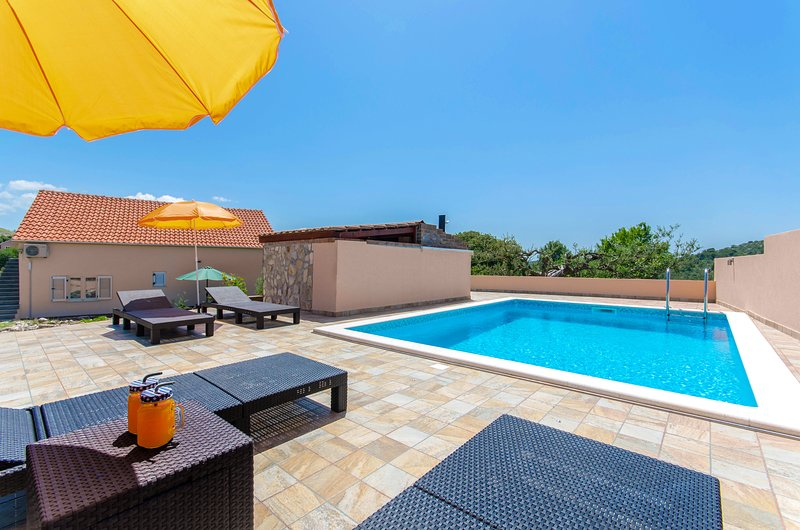 Holiday home 'ROSSI', Dalmatia - private pool, comfort and peaceful surrounding, holiday rental in Primosten