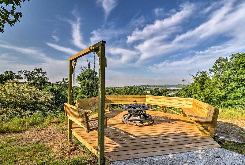 Lamar Cabin + Deck w/ Hot Tub, Lake & Mtn Views, aluguéis de temporada em Coal Hill