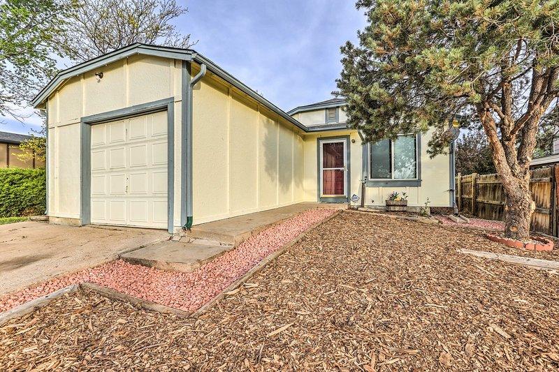 Aurora House w/ Private Yard & Deck - Near Denver!, location de vacances à Aurora