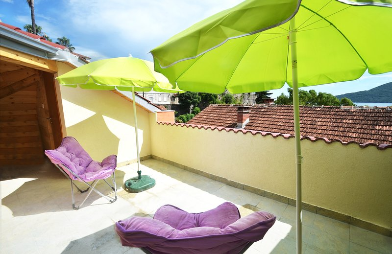 BRAND NEW Terrace Apartment for 3, just 3 MINS from Beach and Historic Town., alquiler vacacional en Njivice