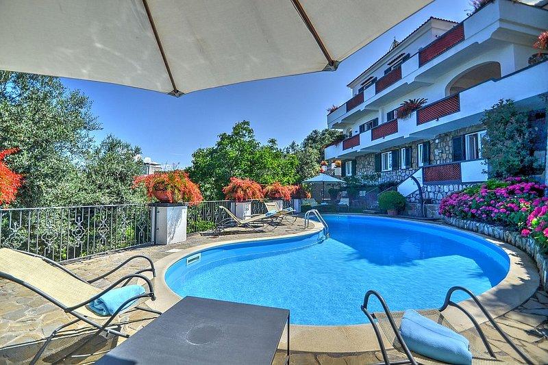 Sorrento Villa Sleeps 10 with Pool Air Con and WiFi - 5486268, vacation rental in Marina di Puolo