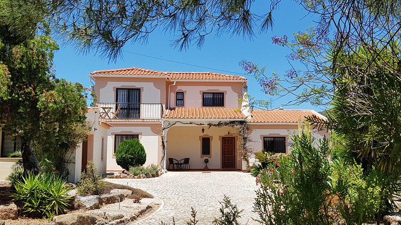 Family Friendly Algarve Villa with Private Pool & Free WiFi, vacation rental in Cumeada