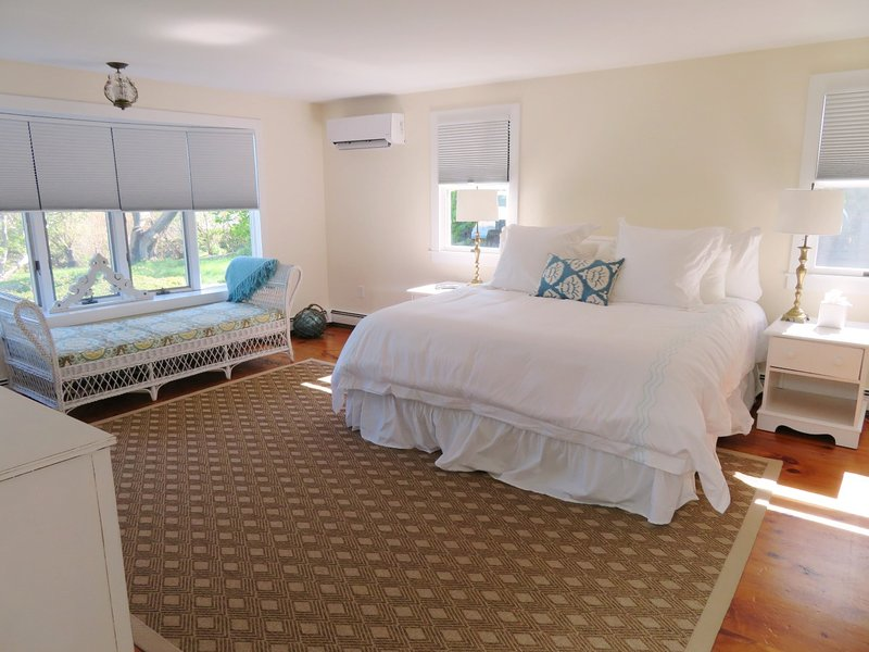 1: a våningen MASTER sovrum-Koppla av på schäslong i befälhavaren medan du njuter av utsikten! Slank linje A / C-enhet för att hålla dig snäll och cool-117 Old Wharf Road Chatham Cape Cod - New England Vacation Rentals
