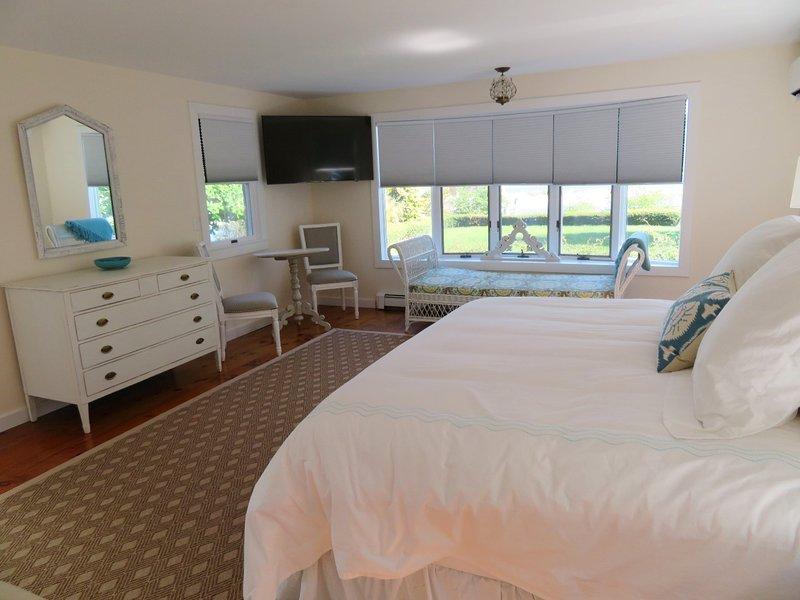 1: a våningen sovrummet har en king size-säng och plattskärms-TV-och badrum bad-117 Old Wharf Road Chatham Cape Cod - New England Semesterbostäder