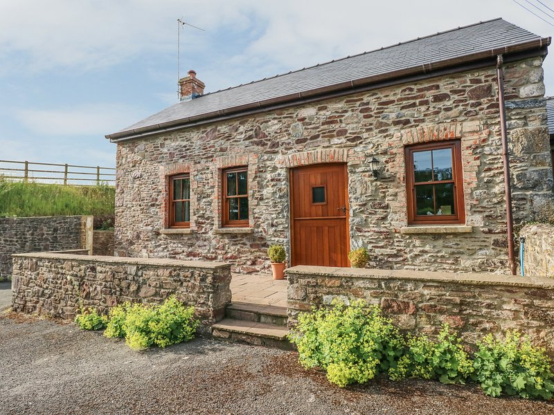 THE STABLE, courtyard with BBQ, Pembroke, 981817, vacation rental in Castlemartin