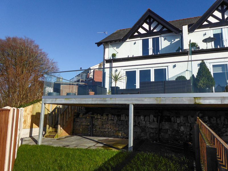 THE MOORINGS, elevated position, Y Felinheli, 982536, holiday rental in Y Felinheli