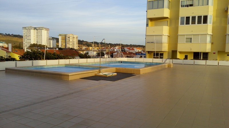 Nice apt with pool access & balcony, holiday rental in Paco de Arcos