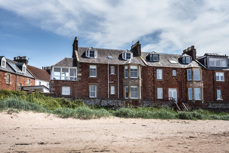 The Gulls, 4 bedroom seaside holiday home overlooking the beach in North Berwick, vacation rental in North Berwick