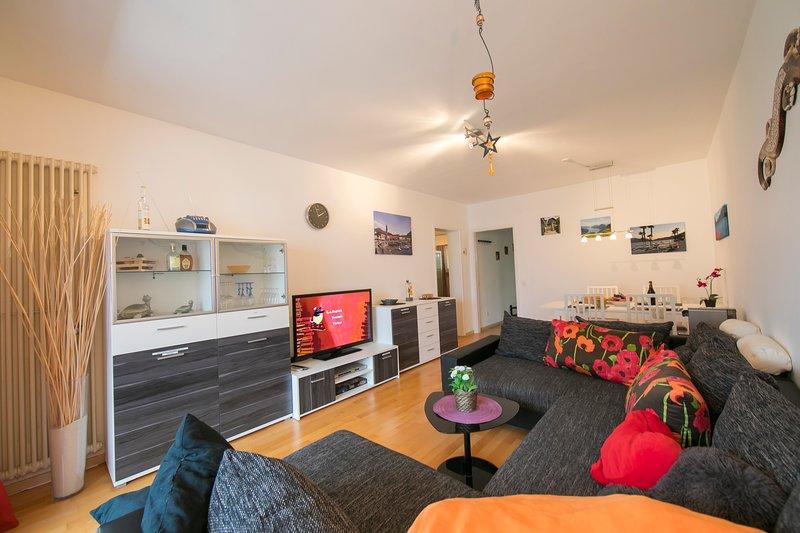 Séjour avec grand coin salon - le canapé peut être utilisé comme lit double
