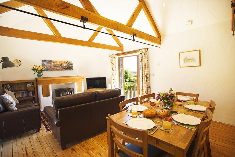 De open eet- en woonkamer heeft verreikende uitzicht over de prachtige natuur van Cornwall.