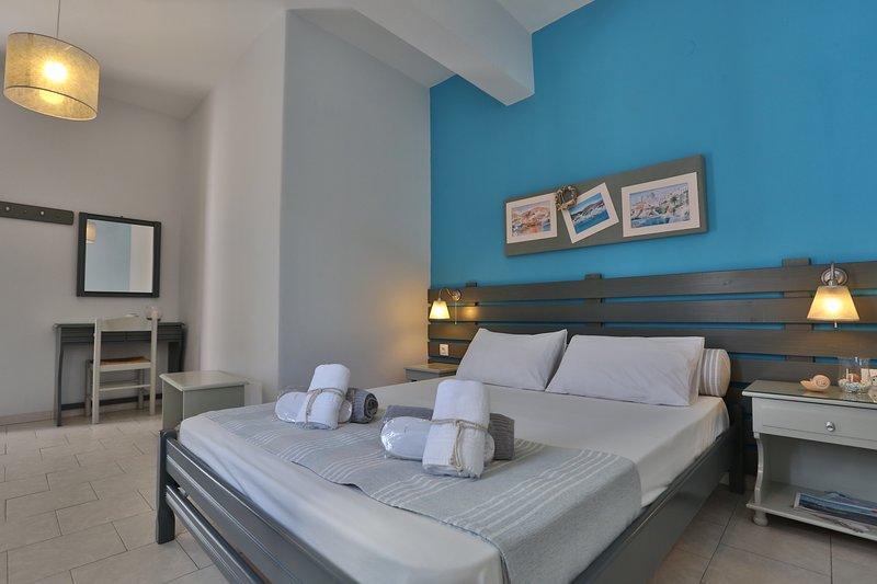 Kini Bay Double Room with Veranda & Sea view No3, location de vacances à Ano Siros