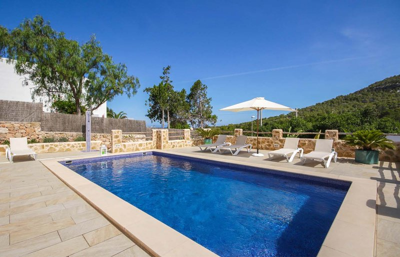 Comfortable summer house with pool, BBQ, 150 m from the supermarket, 1.5 km from, holiday rental in Sant Josep de Sa Talaia
