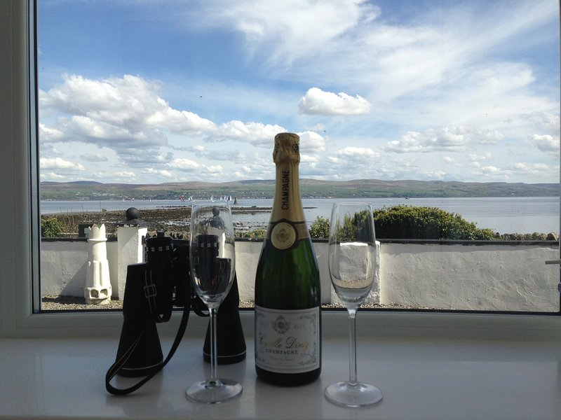 Admirals View on the Sea Front with Spectacular Sea Views Beach  & Coastal Walks, vacation rental in Dunoon