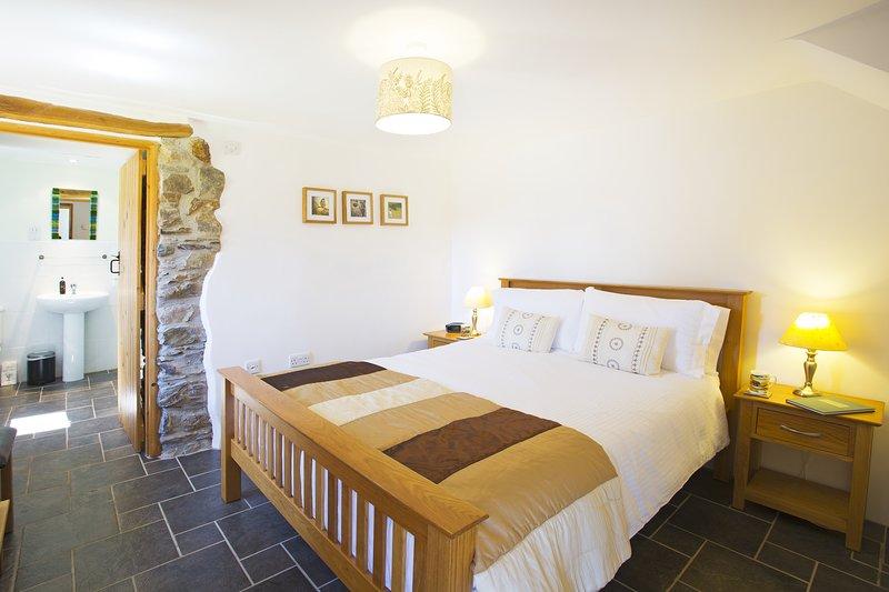Slaapkamer 1 heeft een 5' kingsize bed en eigen badkamer met douche.