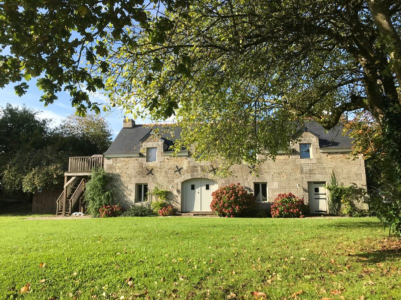Beautifully restored Masters House in peaceful rural setting, location de vacances à Loqueffret