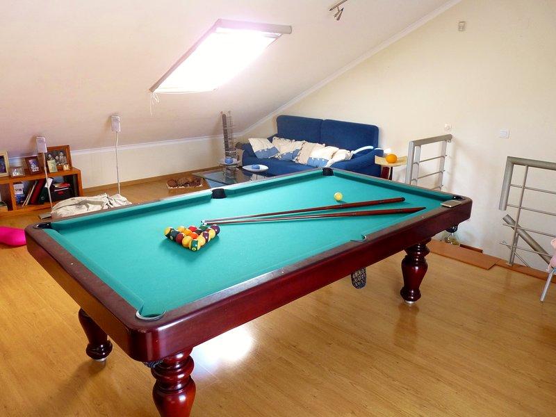 Spacious house with shared pool, location de vacances à Santo Estevao