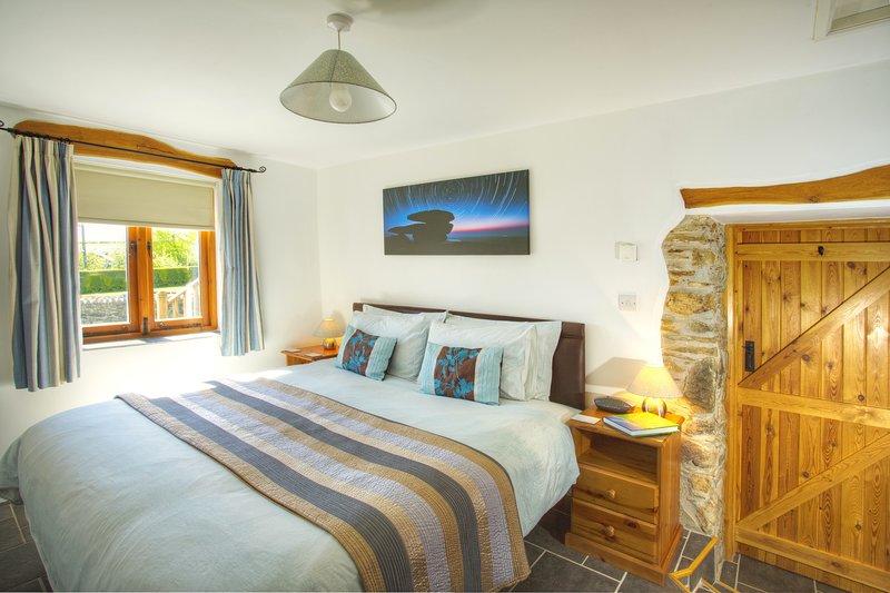 Slaapkamer 2 met de bedden geritst samen om een 6' super koning te maken.