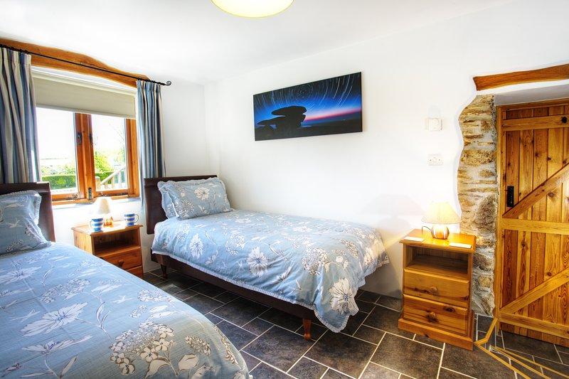 Slaapkamer 2 met 3' eenpersoonsbedden. Er zijn black out rolluiken in alle drie slaapkamers.
