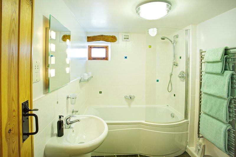 De familie badkamer bevindt zich naast de slaapkamer 2 dus ideaal voor privacy wanneer twee koppels de schuur delen.