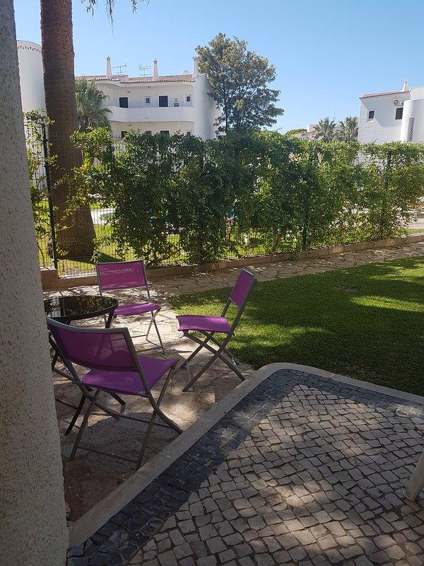 Sitzecke neben dem Pool zu entspannen, ein Buch lesen oder ein gutes Glas Wein genießen