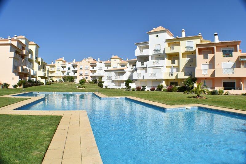Fantastic Apartment neat to Beach and amenities, alquiler de vacaciones en Areias de Sao Joao