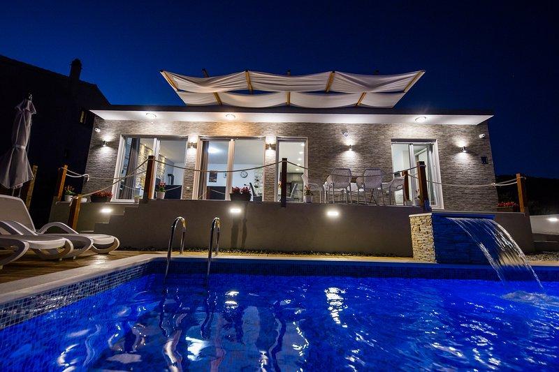 Luxury Villa Hedonist -pool, jacuzzy,sauna,gym, playground , free wifi & parking, vacation rental in Donji Seget